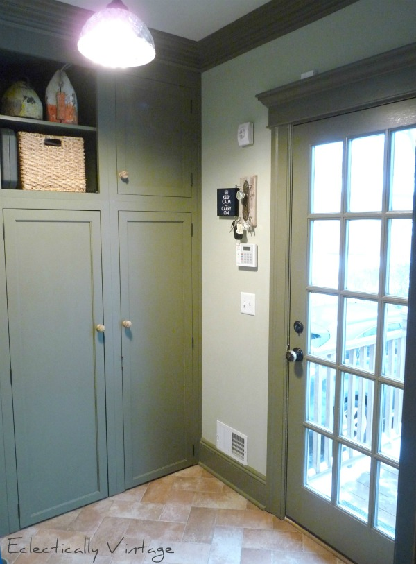 Small mudroom but with great use of space (love the built-ins) eclecticallyvintage.com