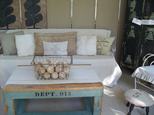 Love this collection filled vintage sunroom - that coffee table! kellyelko.com