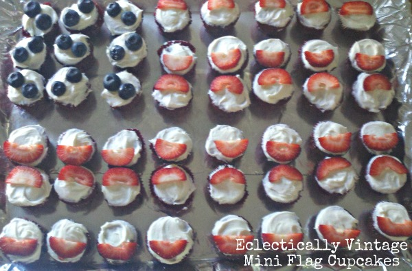 Make flag cupcakes for a patriotic Fourth of July! kellyelko.com