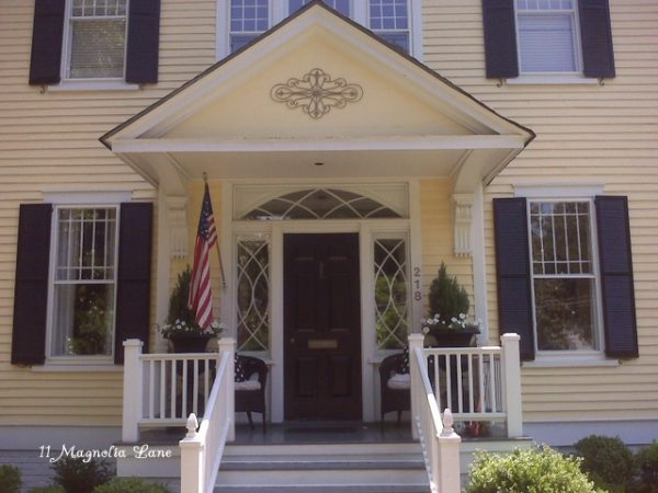 Eclectic Home Tour - 11 Magnolia Lane - so much southern charm! kellyelko.com