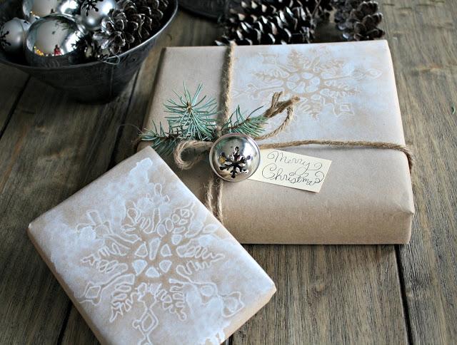 DIY Snowflake #Christmas #Giftwrap - stunning! kellyelko.com