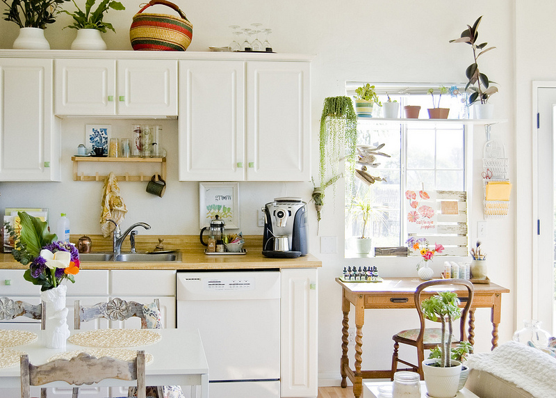Love this fun and fresh white kitchen eclecticallyvintage.com