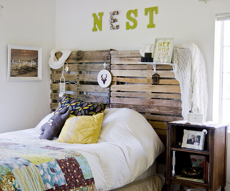 Love this pallet headboard in this fun California cottage tour eclecticallyvintage.com