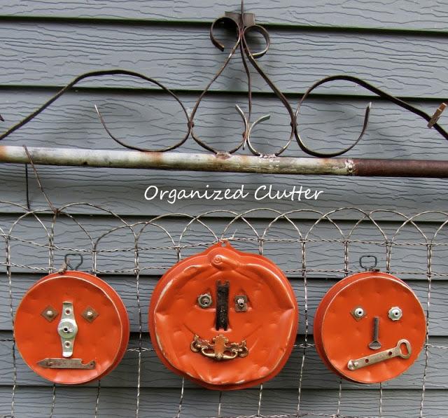 10 Off the Vine Pumpkin Crafts - including these cake pan junk pumpkins!  kellyelko.com