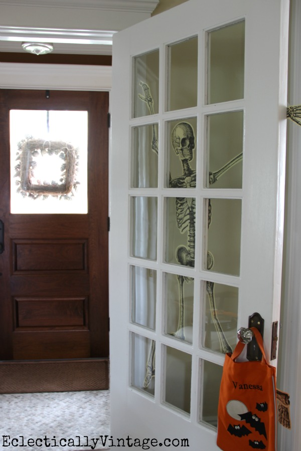Simple and creative Halloween decorations in this house tour kellyelko.com