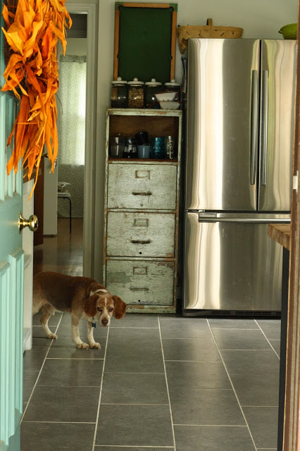 Old and new mix in this country vintage kitchen