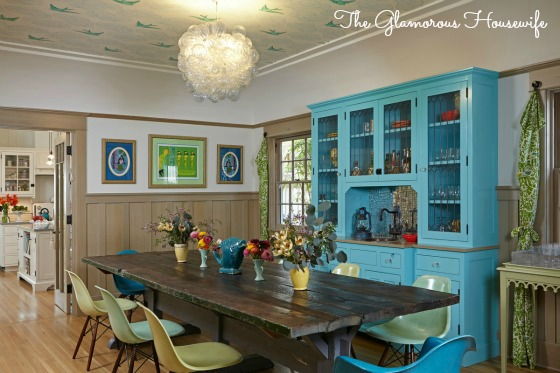 Gorgeous dining room with Daydream wallpapered ceiling at kellyelko.com