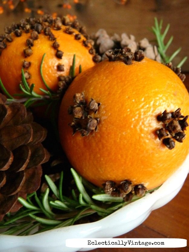 Orange pomanders - see the best way to make them last for years kellyelko.com  #pomanders #christmascrafts #diychristmas #vintagechristmas #oldfashionedchristmas #orangecrafts #naturaldecorating #kellyelko