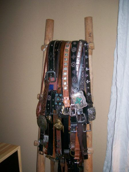 Love the ladder belt storage! eclecticallyvintage.com