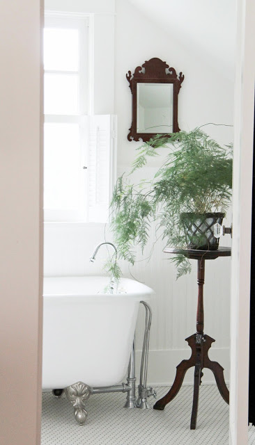 Bright and airy farmhouse bathroom eclecticallyvintage.com