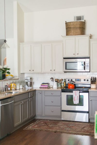 Love two tone cabinetry in this cute kitchen eclecticallyvintage.com
