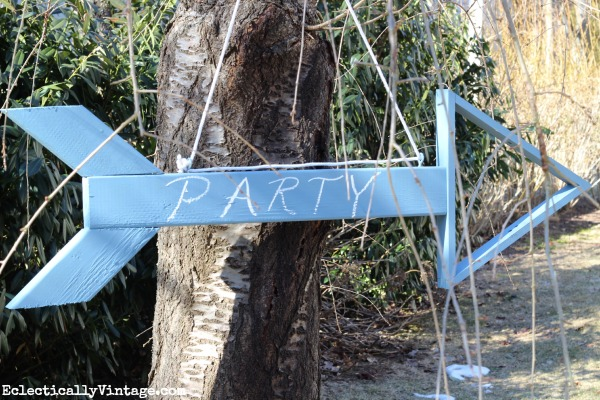 Make a wooden arrow sign - so fun for outdoor parties!  kellyelko.com