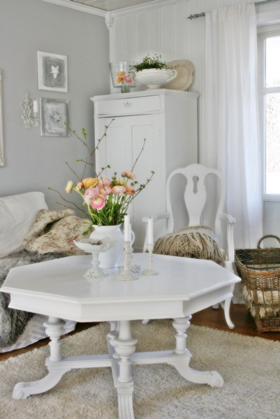 Beautiful white family room eclecticallyvintage.com