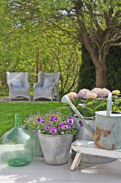 Inviting backyard - love the wicker chairs eclecticallyvintage.com