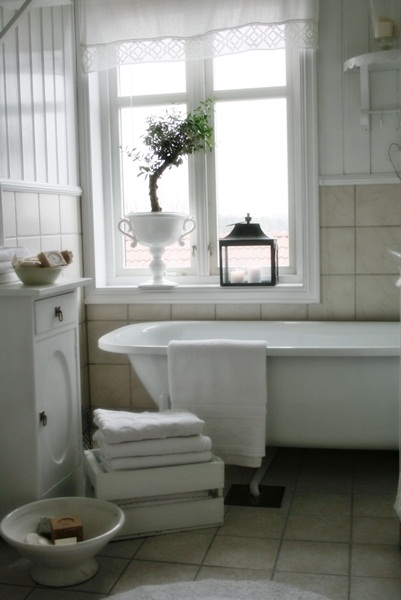 Love the claw foot bathtub in this vintage style bathroom eclecticallyvintage.com