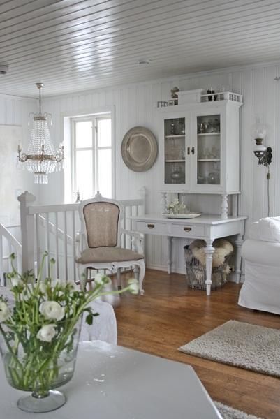 Home tour done in shades of white eclecticallyvintage.com