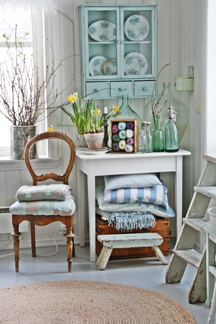 Charming home tour filled with vintage finds kellyelko.com