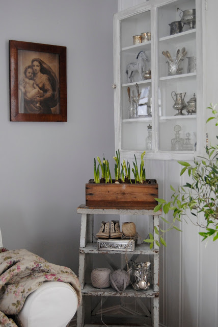 Charming vintage decorating ideas - love the little step stool eclecticallyvintage.com