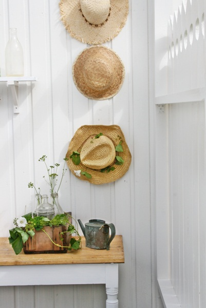 Fun display idea - straw hats eclecticallyvintage.com