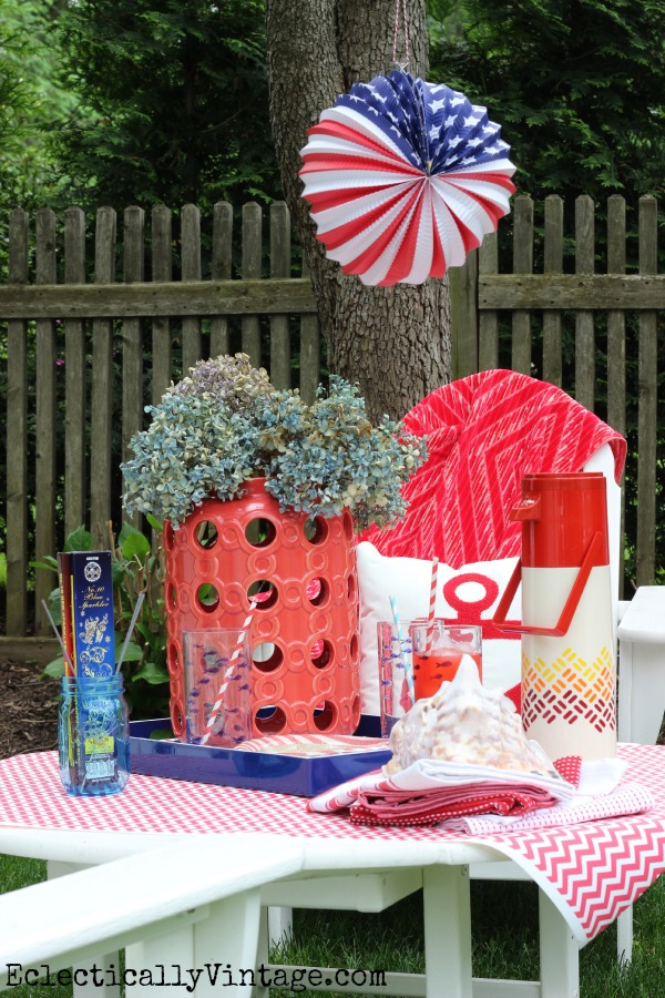 4th of July outdoor party - what a festive picnic! eclecticallyvintage.com