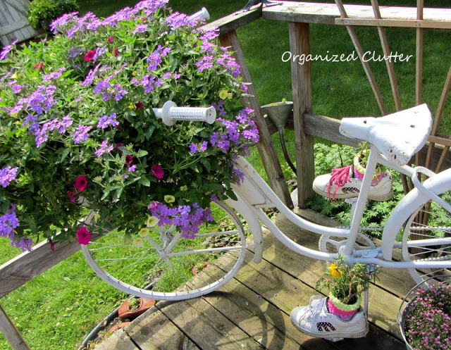 Vintage bike planter - take a look at the pedals! kellyelko.com