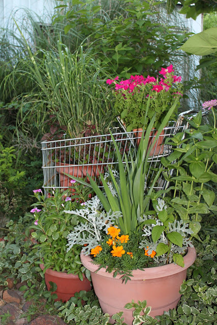 Love this fun garden tour with the coolest ideas like a shopping cart planter kellyelko.com