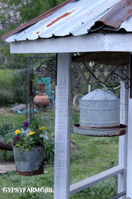 Galvanized bucket planter ecleticallyvintage.com