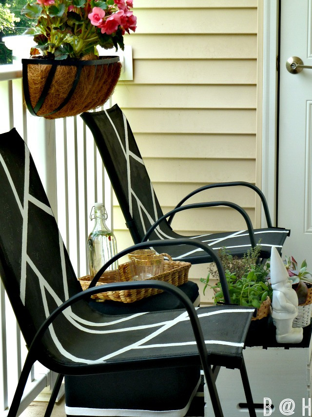 Add style to boring outdoor chairs with a little paint! kellyelko.com