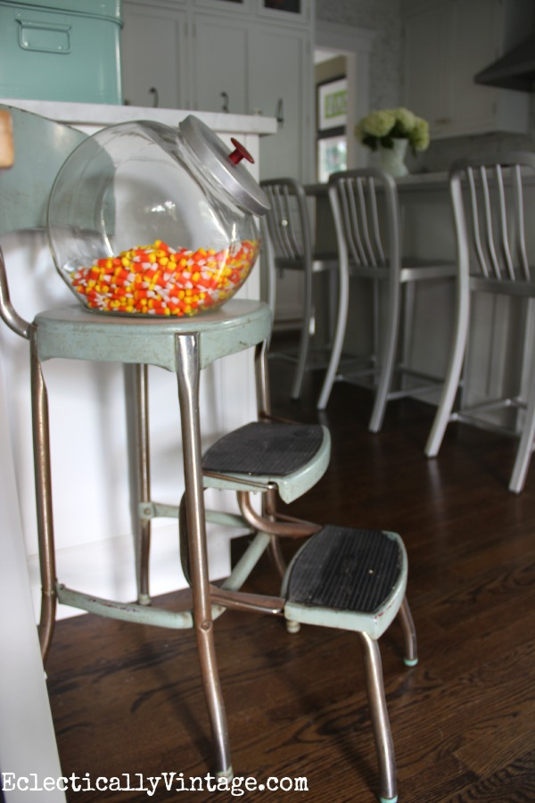Love this vintage Cosco step stool - this white kitchen is gorgeous! eclecticallyvintage.com #EclecticallyFall