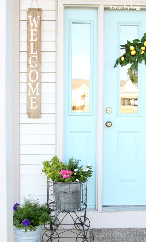 Love this cheery front door color and the pallet wood welcome sign - such curb appeal! kellyelko.com