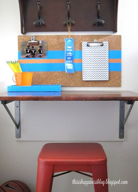 DIY desk with brackets - perfect for small spaces kellyelko.com