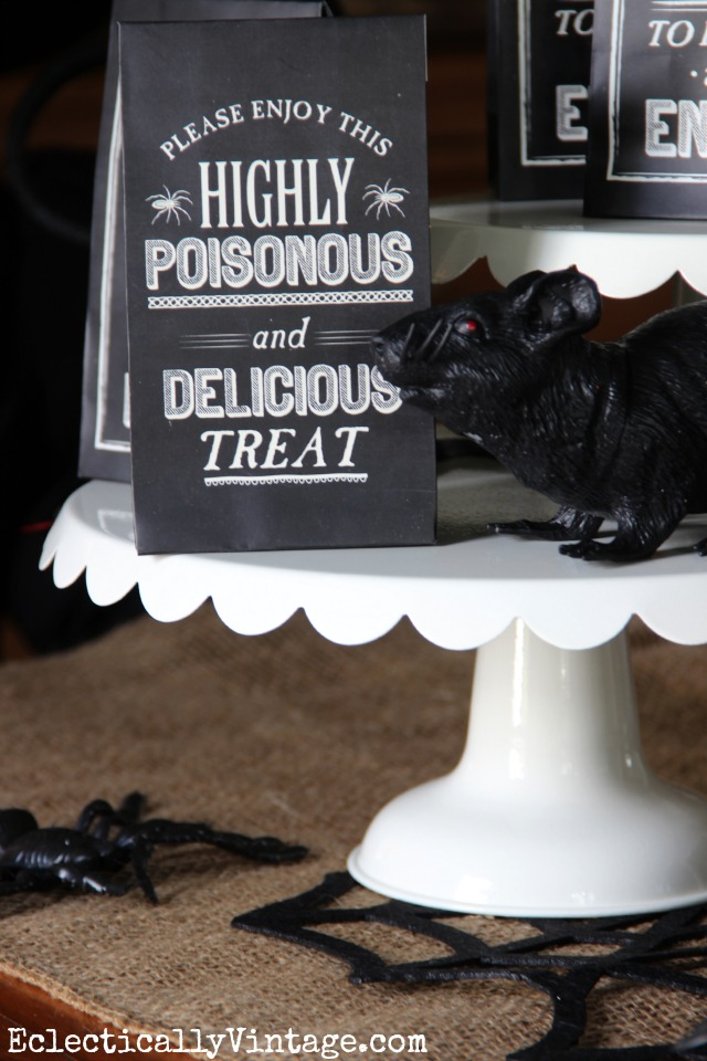 How cute are these chalkboard Halloween treat bags! kellyelko.com