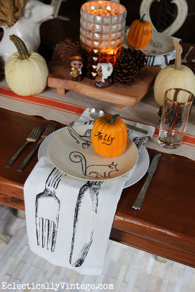 Love the wood slabs to elevate this fall centerpiece and the knife, fork and spoon napkins!  kellyelko.com