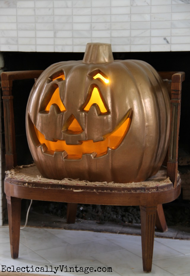 See how to bling out your boring jack o'lantern into a metallic stunner! kellyelko.com