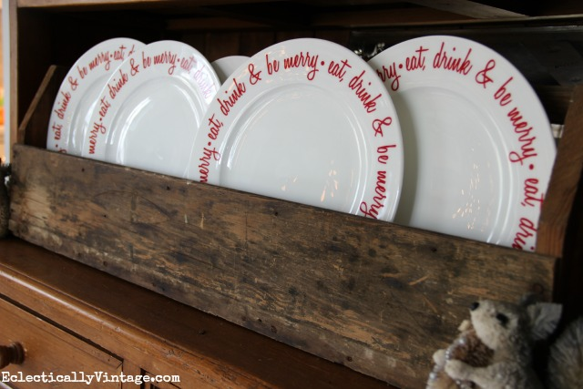 Love these red Eat Drink & Be Merry Christmas plates! kellyelko.com