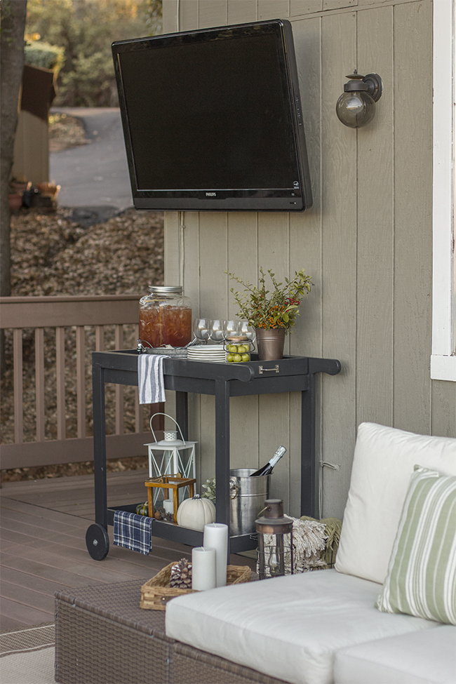 Put a television outside - what a fun idea! eclecticallyvintage.com