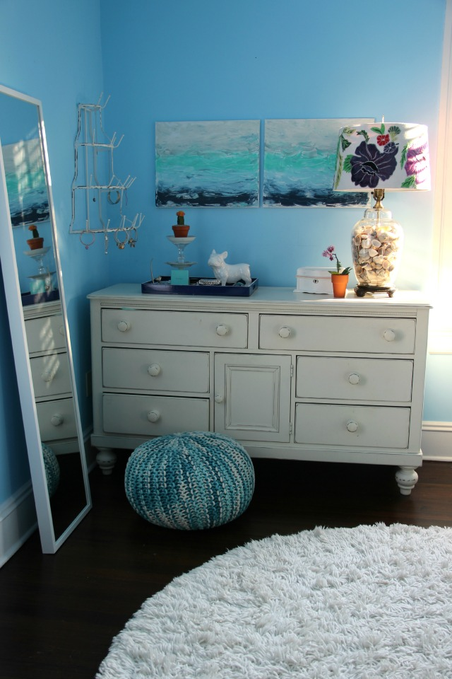 Love this blue teen girls bedroom and the DIY art and shell filled lamp kellyelko.com