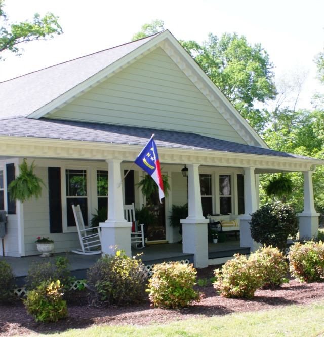 Love this vintage cottage with such curb appeal - tour the inside kellyelko.com