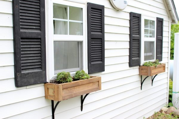 Love these window boxes and the long brackets kellyelko.com