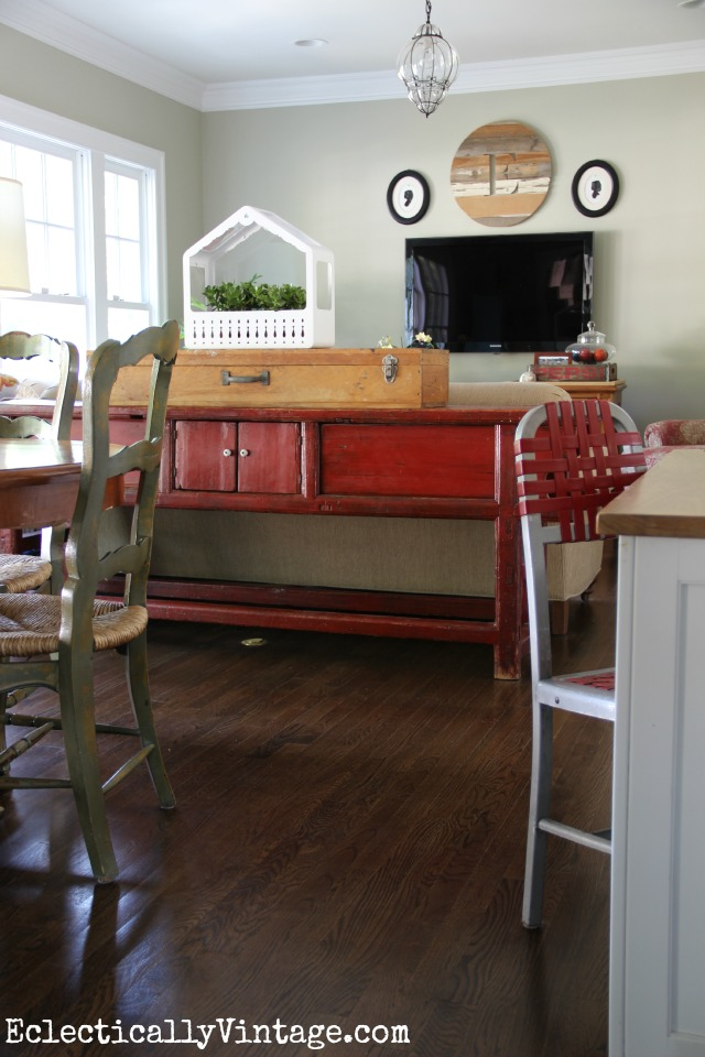 Love this breakfast nook/family room combo eclecticallyvintage.com