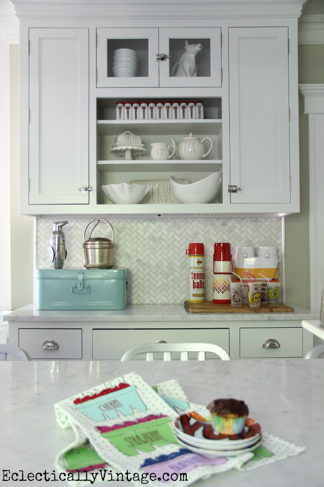 I love this mix of open kitchen shelves with closed cabinets and she has the best displays kellyelko.com