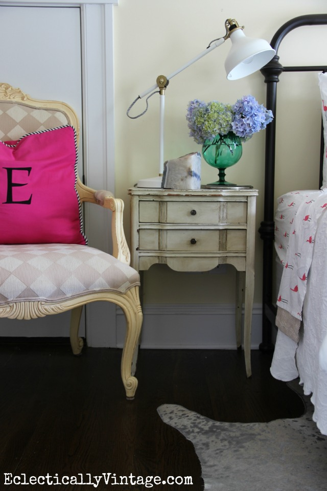 Love this cute guest bedroom with a mix of vintage and new finds kellyelko.com