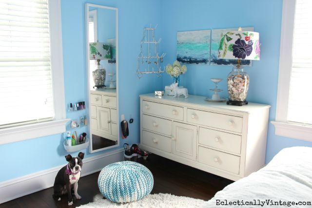 Love this teen bedroom with creative makeup station kellyelko.com #DamageFreeDIY