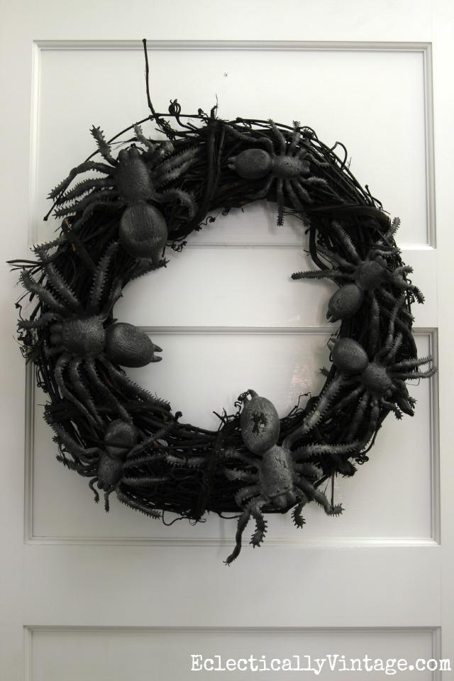Make a DIY spider wreath for Halloween! Creepy!! kellyelko.com
