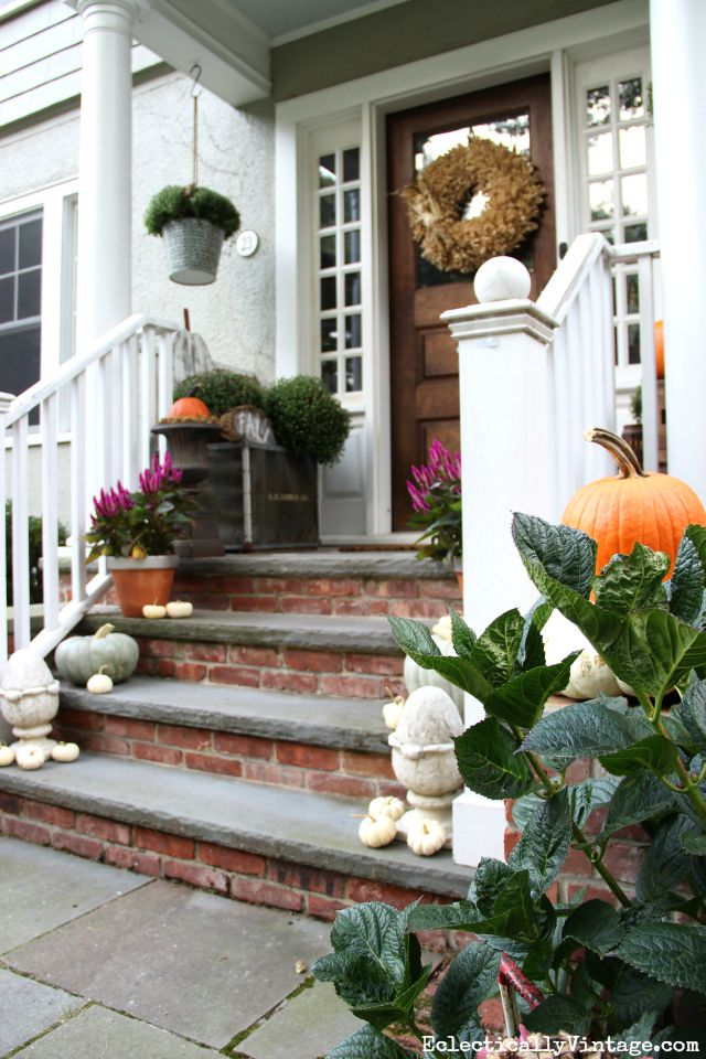 Love this beautiful fall front porch filled with natural touches kellyelko.com