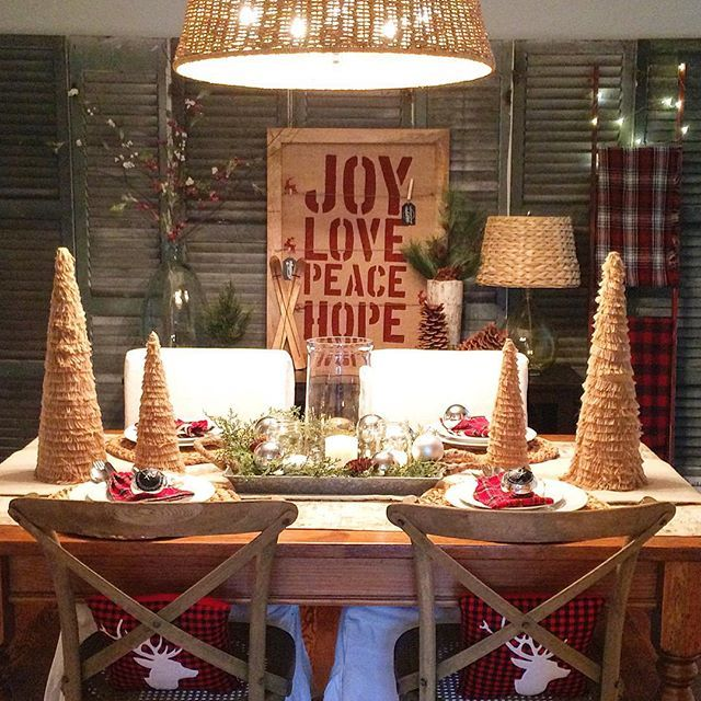 Love this festive Christmas tablescape