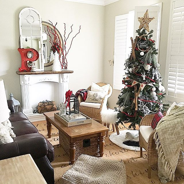 Creative Christmas decorating ideas - love this cozy Christmas living room and the ski chalet theme