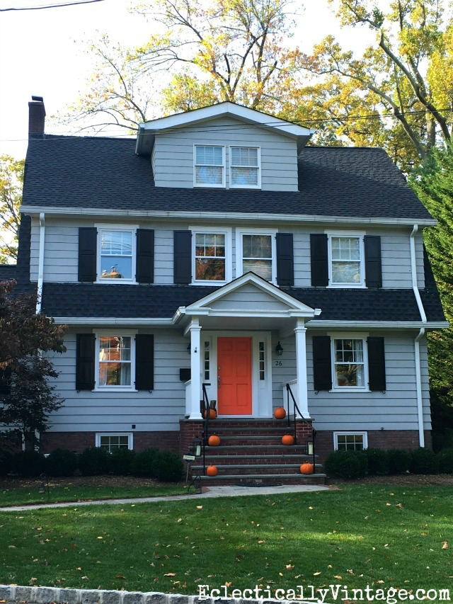 Fall Curb Appeal - 18 stunning homes with ideas to copy! Love the orange front door kellyelko.com