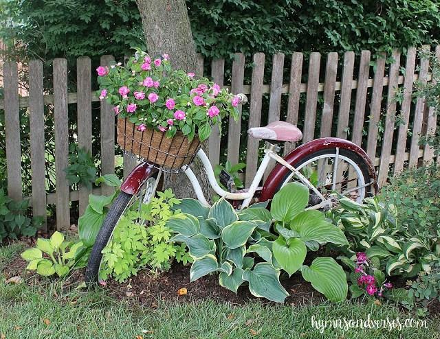 Old Schwinn bike in the garden kellyelko.com