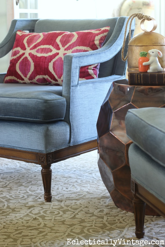Love these vintage blue velvet club chairs with pink accent pillows kellyelko.com